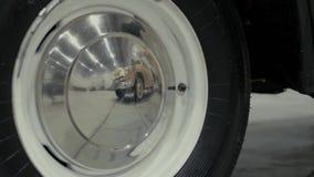 Wiel van zwarte retro auto stock video