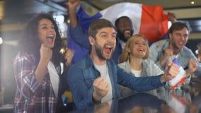Wielbiciel sportu macha francuz flagę, świętuje zwycięstwo drużyna narodowa., patriotyzm zbiory