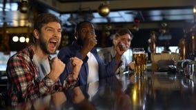 Wielbiciel sportu ogląda mistrzostwo w pubie, szczęśliwym o zwycięstwie faworyt drużyna zbiory wideo
