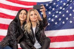 Wielbiciele sportu biorą selfie przed flaga fotografia royalty free