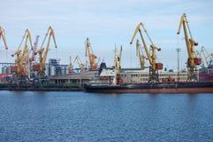 Wielcy ładunków statki w porcie z żurawiami obraz stock