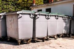 Wielcy śmieciarscy zbiorniki, gratów śmietniki i kosze stoi w rzędzie, Ordynans stowed pojemniki na śmiecie gotowych dla oddzieln obraz stock