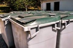 Wielcy śmieciarscy zbiorniki, gratów śmietniki i kosze stoi w rzędzie, Ordynans stowed pojemniki na śmiecie gotowych dla oddzieln fotografia stock