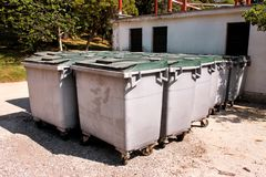 Wielcy śmieciarscy zbiorniki, gratów śmietniki i kosze stoi w rzędzie, Ordynans stowed pojemniki na śmiecie gotowych dla oddzieln obraz royalty free