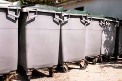 Wielcy śmieciarscy zbiorniki, gratów śmietniki i kosze stoi w rzędzie, Ordynans stowed pojemniki na śmiecie gotowych dla oddzieln zdjęcie stock