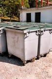 Wielcy śmieciarscy zbiorniki, gratów śmietniki i kosze stoi w rzędzie, Ordynans stowed pojemniki na śmiecie gotowych dla oddzieln obrazy royalty free