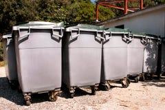 Wielcy śmieciarscy zbiorniki, gratów śmietniki i kosze stoi w rzędzie, Ordynans stowed pojemniki na śmiecie gotowych dla oddzieln zdjęcie royalty free
