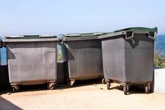 Wielcy śmieciarscy zbiorniki, gratów śmietniki i kosze stoi w rzędzie, Ordynans stowed pojemniki na śmiecie gotowych dla oddzieln obrazy stock