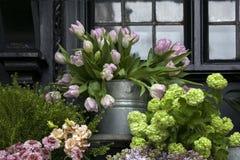 Wielcy bukiety tulipany, bzy i leluja pączki dla sprzedaży na, obraz stock