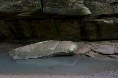 Wielcy głazy w strumieniu w stary człowiek jamy terenie obrazy stock