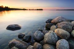 Wielcy głazy na jeziornym brzeg przy zmierzchem Minnestoa, USA Zdjęcie Royalty Free