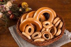 Wielcy i mali bagels w koszu Fotografia Stock