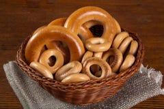 Wielcy i mali bagels w koszu Obraz Stock