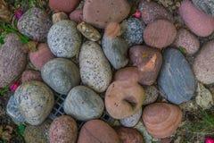 Wielcy kamienie rozkładający na kratownicie dla wody płyną obraz stock