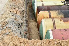 Wielcy metali zbiorniki zakopują w ziemi w produkcja magazynie Obraz Royalty Free