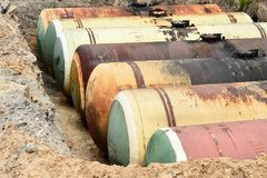 Wielcy metali zbiorniki zakopują w ziemi w produkcja magazynie Zdjęcie Stock