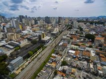 Wielcy miasta, wielkie aleje, domy i budynki, Lekki gromadzki Bairro da Luz, Sao Paulo Brazylia, poręcz i subw, obrazy royalty free
