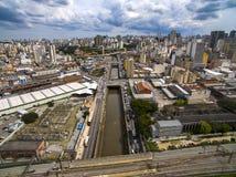 Wielcy miasta, wielkie aleje, domy i budynki, Lekki gromadzki Bairro da Luz, Sao Paulo Brazylia, poręcz i subw, zdjęcia royalty free