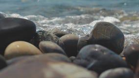 Wielcy otoczaków kamienie morzem Denne fala zwalniają ruchu na otoczaków kamieniach zbiory wideo