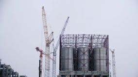 Wielcy Przemysłowi zbiorniki dla benzyny i oleju Wielcy zbiorniki w chemicznej fabryce Wielcy zbiorniki dla przechować paliwo są  zbiory wideo