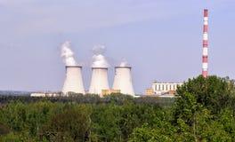 Wielcy przemysłowi kominy z bielu dymem przy rafineriami przeciw zieleni polom w Haifa Izrael Zanieczyszczenie powietrza wyraźnie Obrazy Stock