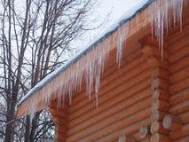 Wielcy sople wiesza od dachu bela dom fotografia stock