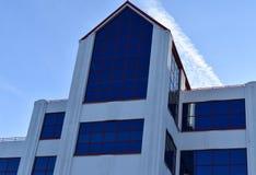 Wielcy szklani okno ustawiający w białym przemysłowym budynku zdjęcia stock