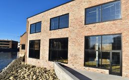 Wielcy szklani okno ustawiający w ceglanym przemysłowym budynku fotografia stock