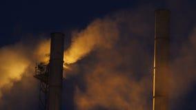 Wielcy Wysocy kominy przeciw Zaświecać Dymnym chmurom przy ciemnością zdjęcie wideo