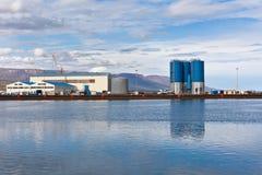 Wielcy zbiorniki i wirehouses przy dennym handlowym dokiem w Północnym Icela Obrazy Royalty Free