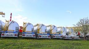 Wiele ładunek cysternowa ciężarówka w parking w Krasnogorsk, Rosja Fotografia Stock