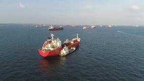 Wiele ładunków statki żegluje w morzu w pogodnej pogodzie na niebieskiego nieba tle strzał Barki rusza się w drogach wodnych zbiory wideo