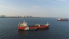 Wiele ładunków statki żegluje w morzu w pogodnej pogodzie na niebieskiego nieba tle strzał Barki rusza się w drogach wodnych zdjęcie stock