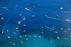 Wiele łodzie na morzu blisko Capri wyspy i jachty, Włochy Obraz Stock