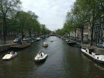 Wiele łodzie wzdłuż wodnego kanału obraz royalty free