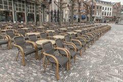 Wiele łozinowi krzesła umieszczali outside przy miastem Haarlem holandie obraz royalty free