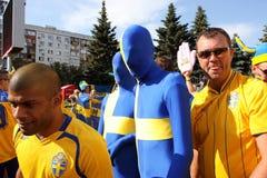 Wiele śmieszni męscy fan zabawę przed mecz futbolowy Fotografia Stock