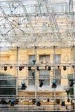 Wiele światła reflektorów które iluminują scenę przy koncertem Fotografia Royalty Free