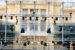 Wiele światła reflektorów które iluminują scenę przy koncertem Obraz Royalty Free