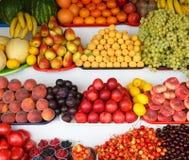 Wiele świeże, dojrzałe i pożytecznie owoc, kłamają na kontuarze Fotografia Stock