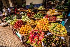 Wiele świeże i dojrzałe egzotyczne owoc na tradycyjnym rolniku wprowadzać na rynek Mercado dos Lavradores, Funchal, madery wyspa, zdjęcia royalty free