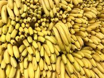 Wiele świezi żółci banany w supermarkecie, karmowy pojęcie obrazy stock