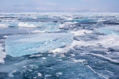 Wiele błękitne muldy na powierzchni błękitny marznący Jeziorny Baikal Zdjęcie Stock