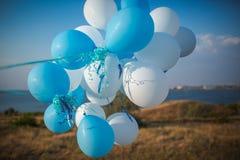 Wiele błękitne piłki, błękitni balony, piękna urodzinowa tekstura fotografia royalty free