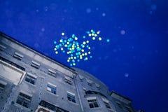 Wiele balony lata do ciemnego nieba zdjęcia royalty free