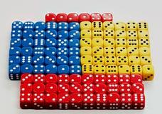 Wiele barwioni kostka do gry z przypadkowymi liczbami wystawia Fotografia Stock