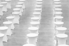 Wiele biali round stoły, świętowania pojęcie, bankieta pojęcie, konferencyjny pojęcie, tekstury tło, puste miejsce Obrazy Stock