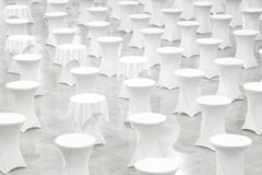Wiele biali round stoły, świętowania pojęcie, bankieta pojęcie, konferencyjny pojęcie, tekstury tło, puste miejsce Fotografia Royalty Free