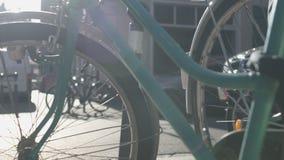 Wiele bicykle stoi wzdłuż ulicy, roweru wynajem usługa, eco transport zbiory wideo