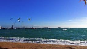 Wiele blisko grodzkiego Palamos Kitesurfers w słonecznym dniu w Hiszpania, w Costa Brava, zbiory